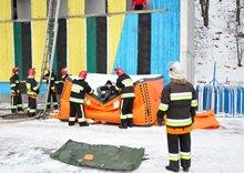 Снятие человека после прыжка на пневматическую спасательную подушку